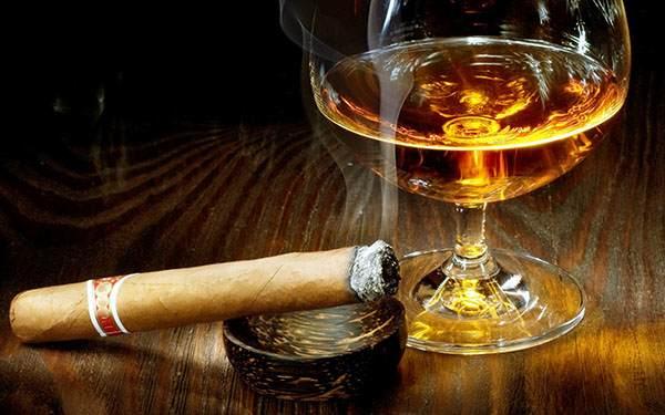 сигара и стакан с алкоголем