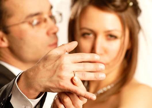 Женина пытается снять обручальное кольцо у мужчины