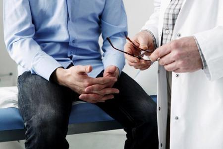 мужчина сидит напротив врача