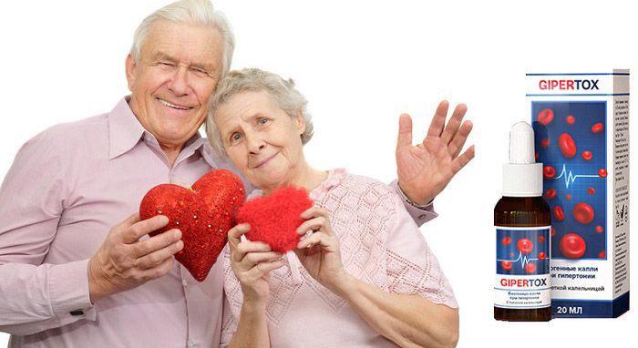 дед и бабушка держат в руках сердечки