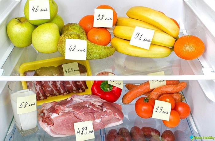 фрукты, овощи и мясо со стикерами калорий в холодильнике