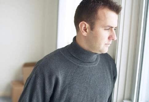муж смотрит в окно