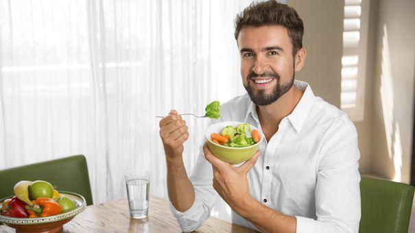 мужчина с тарелкой салата в руках