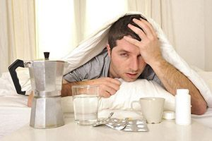мужчина с похмелья в кровати