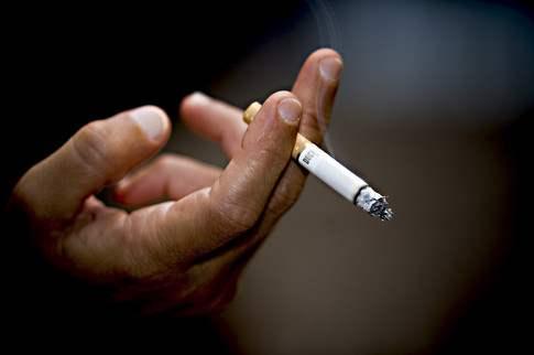 сигарета в руке у мужчины