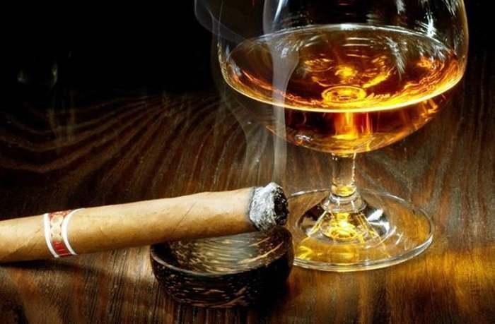 стакан алкоголя и сигара