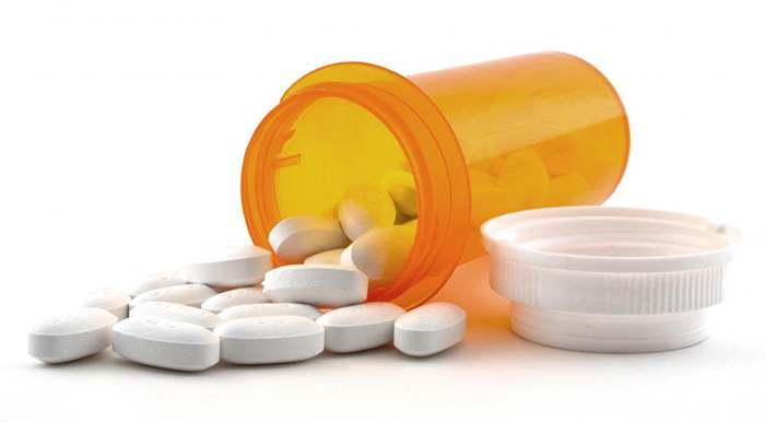 баночка с рассыпаными медикаментами