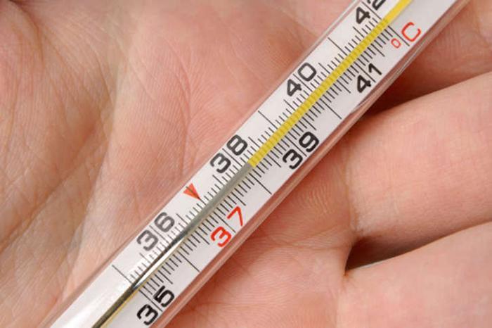 градусник с температурой 39 в руке