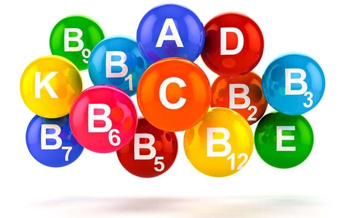 капсулы с названиями разных витаминов