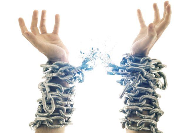руки в разорванных цепях