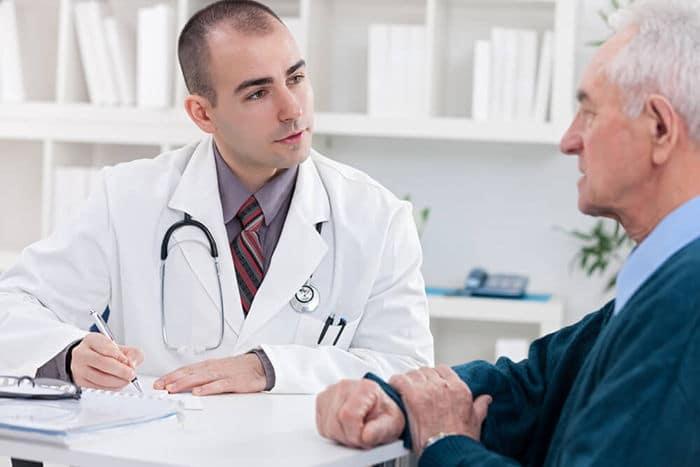 пожилой мужчина у врача