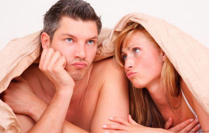 грустная пара в постели