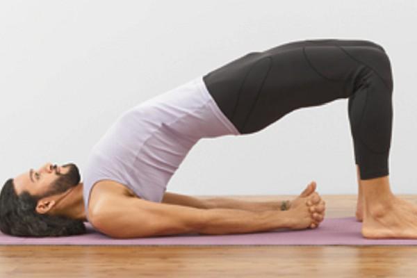 упражнения йоги на коврике